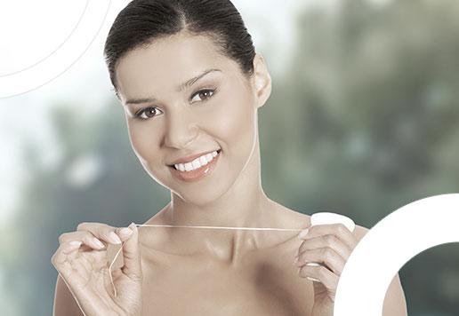 photo de femme avec fil dentaire