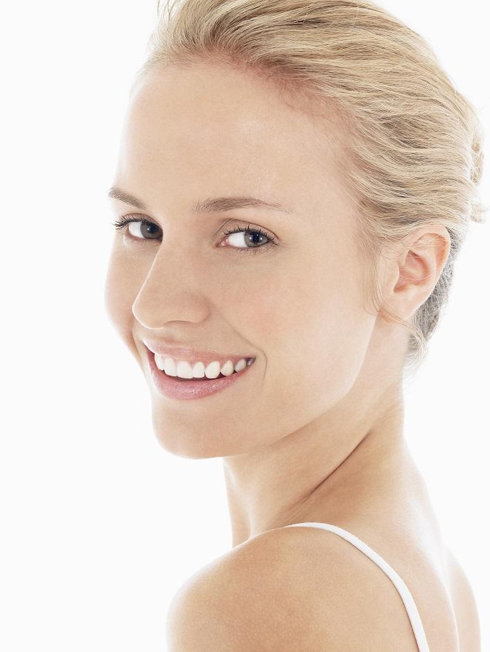 femme souriant avec dents blanches