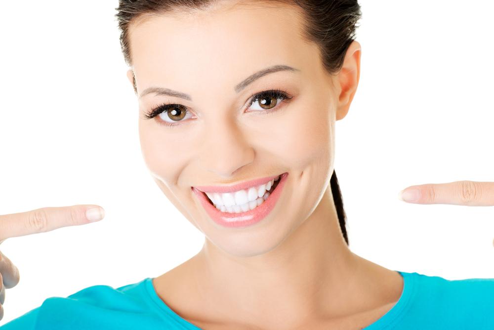 illustration femme pointant son sourire