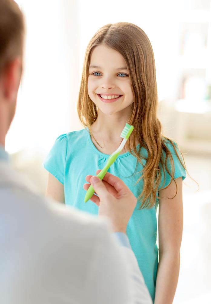 petite fille avec brosse à dents